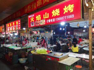 Typowy nocny targ z jedzeniem - każde stoisko ma własny kod QR umożliwiający szybką płatność.