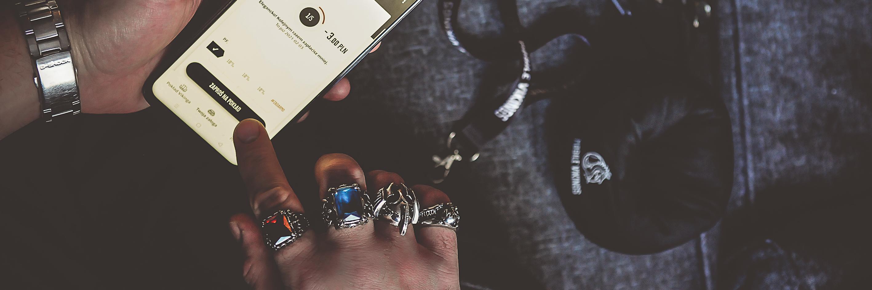 Zdjęcie dłoni z sygnetami konfigurującej telefon.
