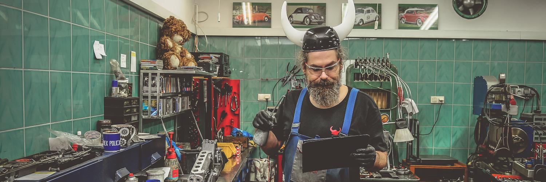 Viking Patryk szuka wśród swoich narzędzi aplikacji do przerabiania zdjęć